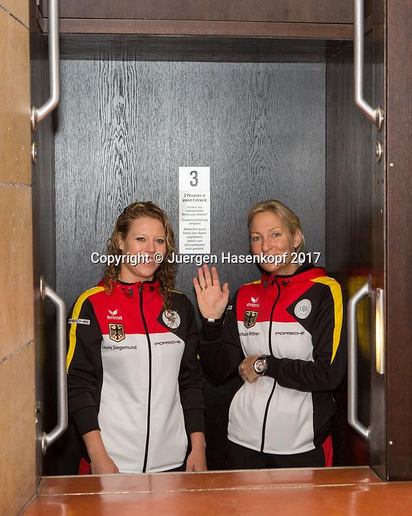 Fed Cup GER-UKR, Deutschland - Ukraine, Auslosung im Rathaus Stuttgart, <br /> Doppel Paarung<br />  L-R.LAURA SIEGEMUND und Team Chefin BARBARA RITTNER (GER) fahren mit Paternoster nach oben