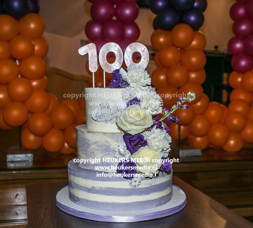2018-03-10. Schouwburg het Park, Hoorn. 100ste My Fair Lady. Op de foto: De taart