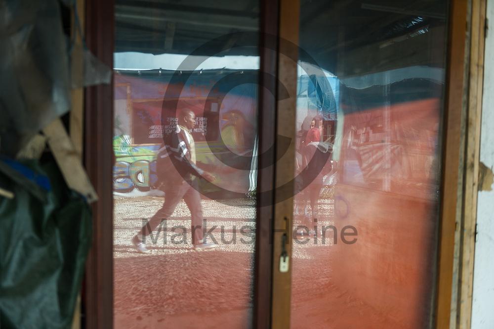 Calais, Frankreich - 17.10.2016<br /> Migranten laufen im Dschungel von Calais auf einem Weg zwischen de H&uuml;tten. Das Fluechtlingscamp an der Kueste zum Aermelkanal soll laut franz&ouml;sischer Regierung in den n&auml;chsten Tagen geraeumt werden. In dem Camp leben um die 1000 Fluechtlinge und warten auf die Moeglichkeit zur Weiterreise durch den Eurotunnel nach Gro&szlig;britannien. Photo: Foto: Markus Heine / heineimaging<br /> <br /> Calais, France - 2016/10/17<br /> Migrants walk in the Calais Jungle on a way between the huts. The refugee camp on the coast to the English Channel is to be cleared in the next few days, according to the French government. In the camp live around the 1000 refugees and wait for the possibility to travel further through the Eurotunnel to the UK. Photo: Foto: Markus Heine / heineimaging<br /> <br /> ------------------------------<br /> <br /> Ver&ouml;ffentlichung nur mit Fotografennennung, sowie gegen Honorar und Belegexemplar.<br /> <br /> Bankverbindung:<br /> IBAN: DE65660908000004437497<br /> BIC CODE: GENODE61BBB<br /> Badische Beamten Bank Karlsruhe<br /> <br /> USt-IdNr: DE291853306<br /> <br /> Please note:<br /> All rights reserved! Don't publish without copyright!<br /> <br /> Stand: 10.2016<br /> <br /> ------------------------------
