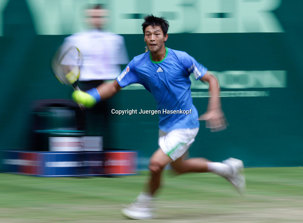 Gerry Weber Open 2011, ATP World Tour, Rasentennis Turnier, International Series,Gerry Weber Stadion, Grasplatz, Halle/Westfalen,.Yen-Hsun Lu (TPE),Einzelbild,Aktion, Ganzfigur,Querformat,.Mitzieher,Bewegungsunschaerfe,