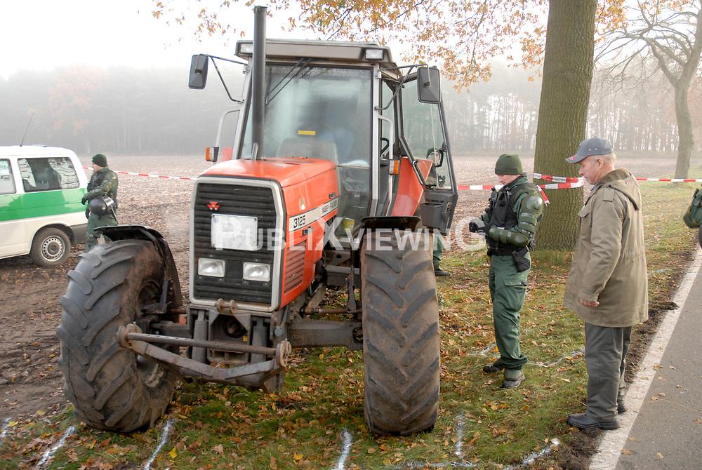 Blockade der Stra&szlig;entransportstrecke f&uuml;r den Castor nach Gorleben: Mehrere Traktoren sind ineinander verkeilt, viele weitere dahinter sperren die Stra&szlig;e.  <br /> <br /> Ort: Splietau<br /> Copyright: Felix Quittenbaum<br /> Quelle: PubliXviewinG