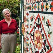 Mw. Wobbi plemper met haar quilt