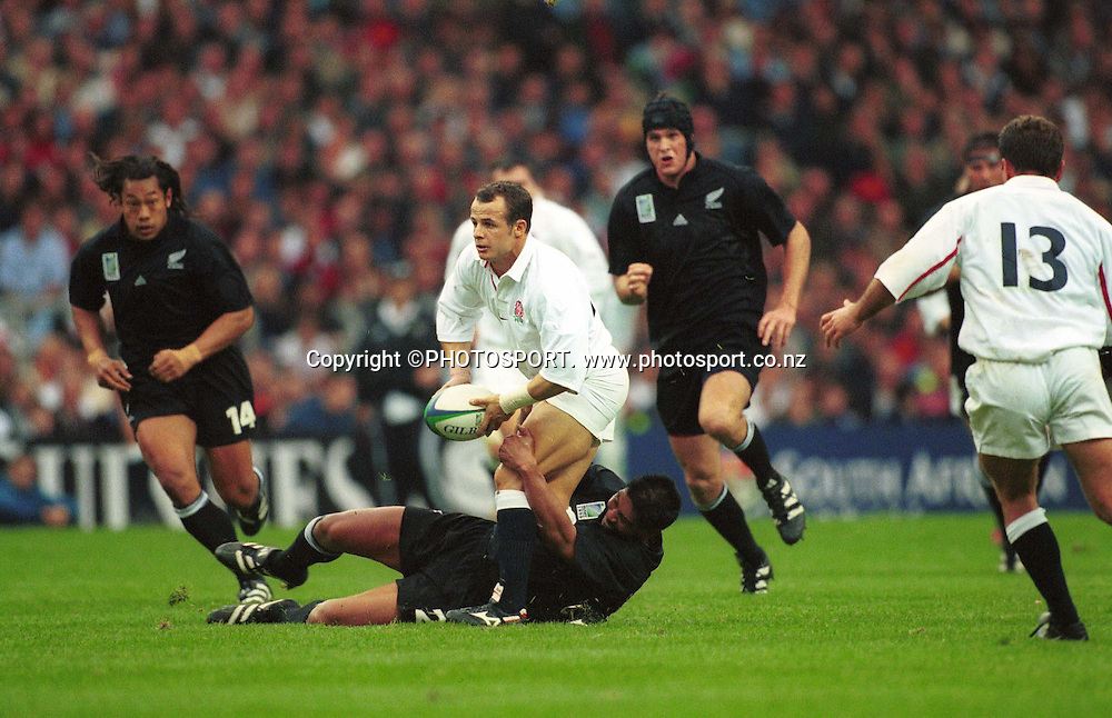 Austin Healey in action during the Rugby World Cup pool match between the All Blacks and England at Twickenham, London, on October 9, 1999. NZ won the match 30-16. Photo: Andrew Cornaga/PHOTOSPORT