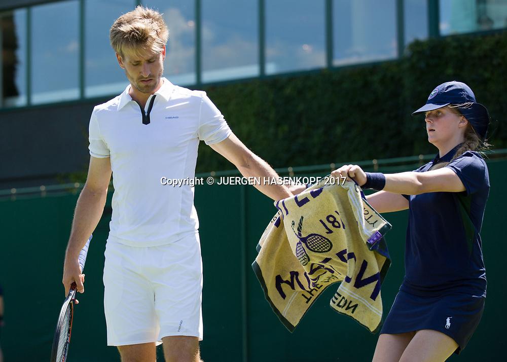 Ballmaedchen gibt PETER GOJOWCZYK (GER) das Handtuch<br /> <br /> Tennis - Wimbledon 2016 - Grand Slam ITF / ATP / WTA -  AELTC - London -  - Great Britain  - 5 July 2017.