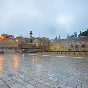 A general view of the plaza as snow and rain fall at The Western Wall on January 7, 2015 in Jerusalem, Israel. (Photo by Elan Kawesch)