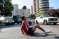 Fussball Frauen FIFA U 20  Weltmeisterschaft 2008    27.11.2008 Feature Streetfussball DANNY MARQUEZ RODRIGUEZ, ein peruanischer Einwanderer verdient sich ein paar Dollar am Tag, indem er bei Rot einen Fussball jongliert und die Autofahrer unterhaelt.