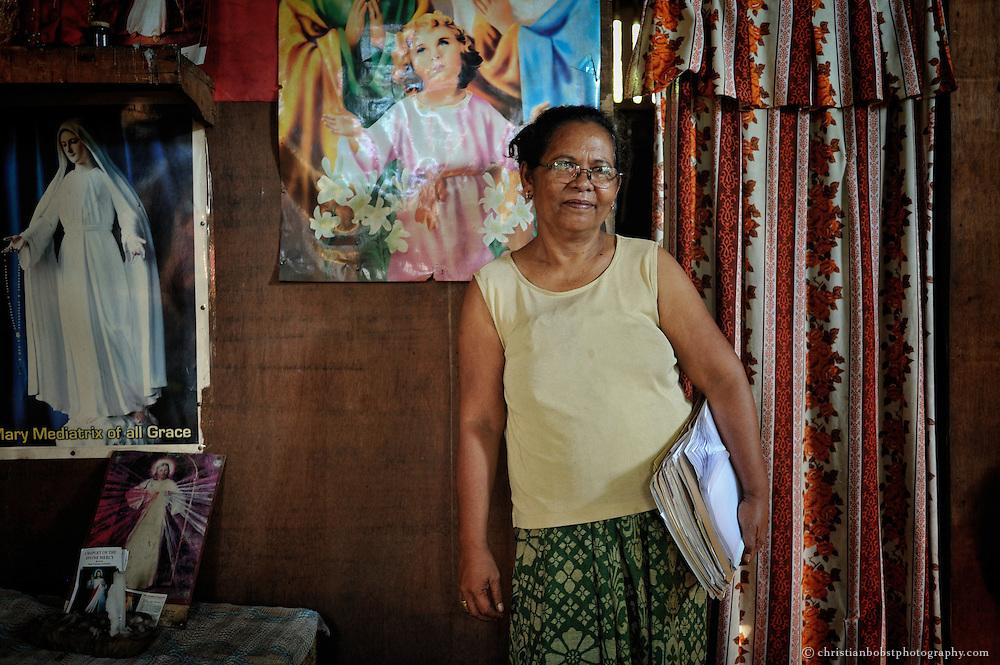 Eine dieser landlosen Kleinbäuerinnen ist Salvina Siarot. Sie lebt mit ihrer Familie in Barangay Don Enrique, im Süden der philippinischen Insel Mindanao. Bis vor einigen Jahren arbeiteten sie als Tagelöhner auf einer Kokosnussplantage.