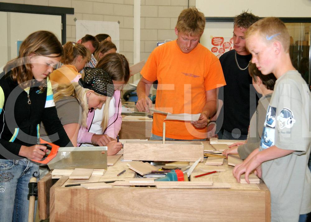 060516, nieuwleusen, ned,<br /> Kinderen van basisscholen hebben technische dag bij het Opleidingscentrum De Grift,<br /> fotografie frank uijlenbroek&copy;2006 jasper van der zwan