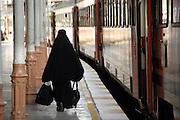 Turkije, Istanbul, 4-6-2011Straatbeeld. Vrouw in burka loopt in het station naar de trein.Foto: Flip Franssen