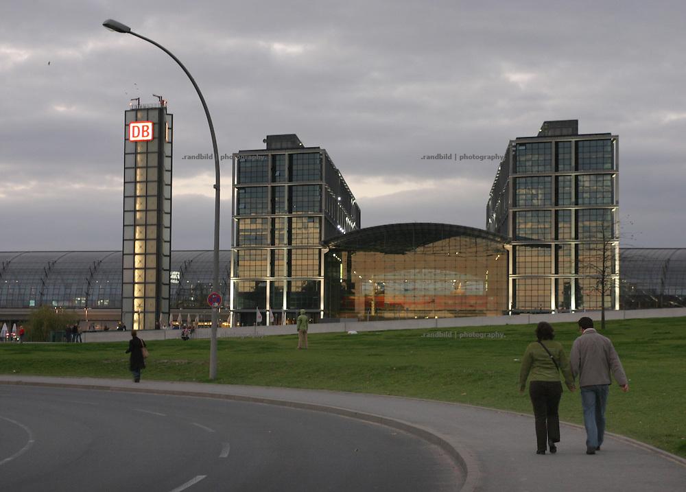 Deutschland, Berlin, 2006-10-27, Der Berliner Hauptbahnhof im Abendlicht. ..Berlin central station.