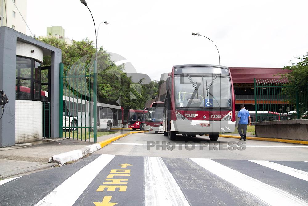 SAO PAULO, SP - 05.11.2014 - PARALISA&Ccedil;&Atilde;O DE ONIBUS - Fila de &ocirc;nibus estacionados na Estrada do Itapecerica na manh&atilde; desta quarta-feira (5), na Zona Sul de S&atilde;o Paulo. O sindicato das empresas de &ocirc;nibus, SPUrbanuss organizam uma paralisa&ccedil;&atilde;o das linhas da capital paulista em reinvidica&ccedil;&atilde;o da falta de seguran&ccedil;a dos seus profissionais.<br /> <br /> <br /> (Foto: Fabricio Bomjardim / Brazil Photo Press)