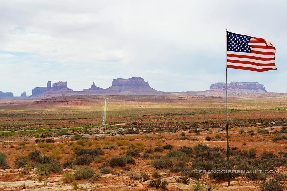 USA, Utah, Monument Valley. Drapeau americain devant Monument Valley. Flag American in Monument Valley.