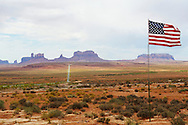 USA, Utah, Monument Valley. Drapeau americain devant Monument Valley. Flag American in Monument Valley.