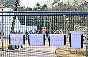 Nederland, the Netherlands, Nijmegen, 4-11-2015Kamp, tentenkamp Heumensoord, de tijdelijke noodopvang, azc, van het COA. Plaats voor 3000 asielzoekers. Mensen wandelen buiten. Door de zachte winter is het in de tenten nog niet zo koud. Een van de poorten die eerst open was en toegang bood tot het achterste deel van het kamp is gesloten.FOTO: FLIP FRANSSEN