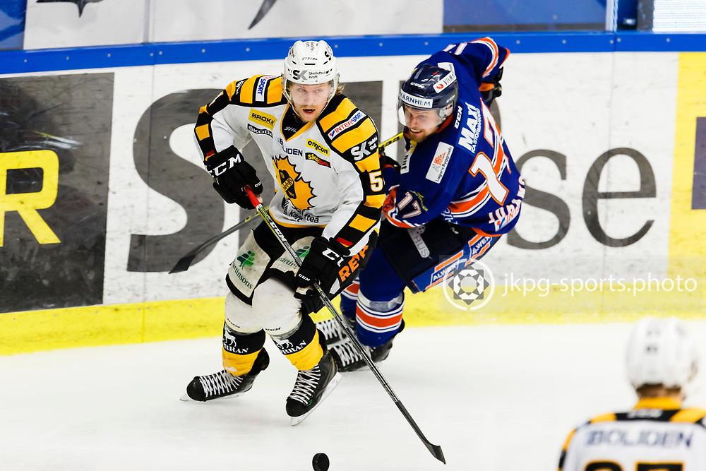 150423 Ishockey, SM-Final, V&auml;xj&ouml; - Skellefte&aring;<br /> Anton Lindholm, Skellefte&aring; AIK vs Alexander Johansson, V&auml;xj&ouml; Lakers Hockey.<br /> &copy; Daniel Malmberg/Jkpg sports photo