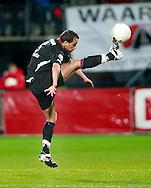 24-11-2007: Voetbal:AZ-WILLEM II: ALKMAAR<br /> Said Boutahar is lenig genoeg om de bal hoog uit de lucht te plukken<br /> Foto: Geert van Erven