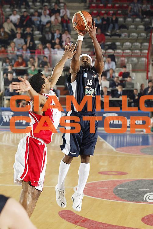 DESCRIZIONE : Varese Lega A1 2005-06 Whirlpool Varese Upea Capo Orlando <br /> GIOCATORE : Perry<br /> SQUADRA : Upea Capo Orlando<br /> EVENTO : Campionato Lega A1 2005-2006 <br /> GARA : Whirlpool Varese Upea Capo Orlando <br /> DATA : 20/04/2006 <br /> CATEGORIA : Tiro<br /> SPORT : Pallacanestro <br /> AUTORE : Agenzia Ciamillo-Castoria/G.Cottini <br /> Galleria : Lega Basket A1 2005-2006 <br /> Fotonotizia : Varese Campionato Italiano Lega A1 2005-2006 Whirlpool Varese Upea Capo Orlando <br /> Predefinita :