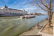 Bord de Seine avec vue sur le musée d'Orsay. Paris, France //  Seine riverside with view of musée d'Orsay