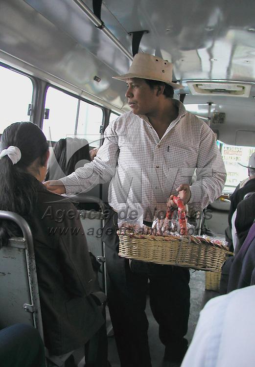 Toluca, M&eacute;x.- Imagen cotidiana de un vendedor de dulces a bordo de los autobuses del servicio urbano en esta ciudad. Agencia MVT / Miguel A. V&aacute;zquez. (DIGITAL)<br /> <br /> NO ARCHIVAR - NO ARCHIVE