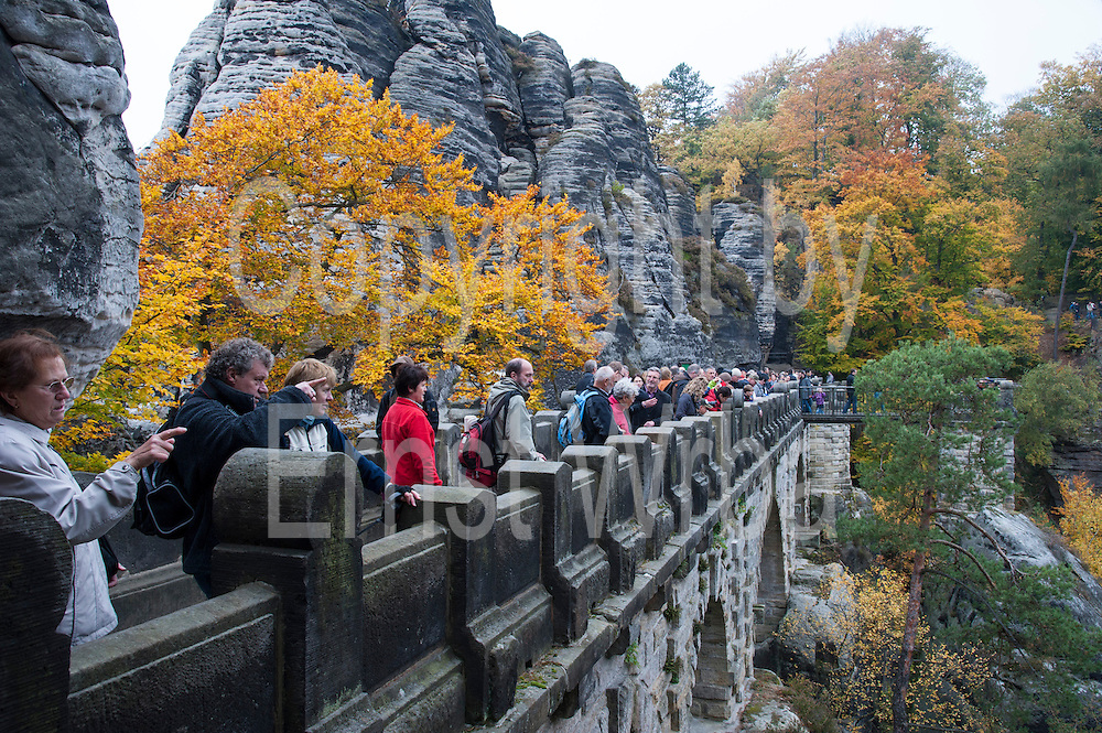 Menschen auf Basteibrücke, Nebel, Die Bastei, Sächsische Schweiz, Elbsandsteingebirge, Sachsen, Deutschland | people on Bastei Bridge, Bastei, fog, Saxon Switzerland, Saxony, Germany