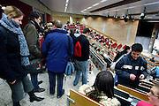 Nederland, Nijmegen, 13-3-2006..Studenten rechten volgen college in een volle collegezaal aan de Radboud universiteit. Universitair, wetenschappelijk, docent. ..Foto: Flip Franssen/Hollandse Hoogte