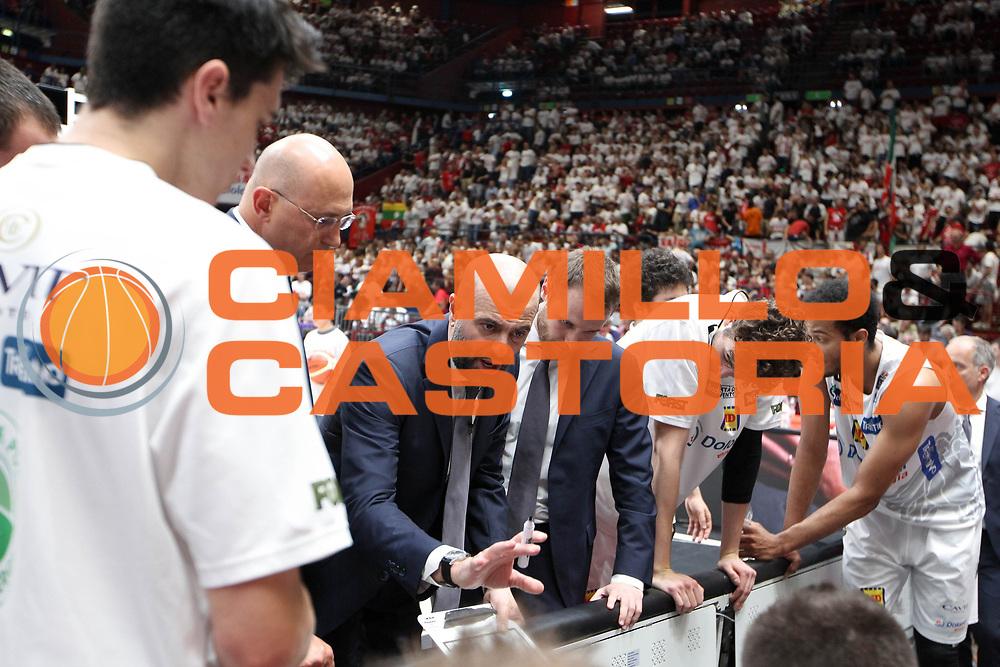 timeout Trento, Maurizio Buscaglia<br /> EA7 Emporio Armani Olimpia Milano - Dolomiti Energia Aquila Basket Trento<br /> Lega Basket Serie A, Semifinali Playoff 2016/2017<br /> Milano, 25/05/2017<br /> Foto Ciamillo-Castoria