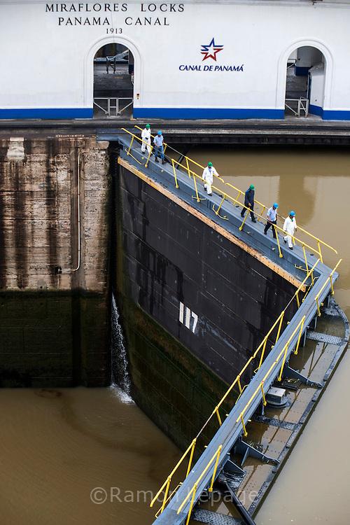 Vista de las esclusas de Miraflores, punto de ingreso y salida de las embarcaciones en el lado del océano Pacifico del Canal de Panamá. Desde este Centro de Visitantes se puede observar como los barcos se elevan a 16 metros del nivel del mar, realizándolo en 2 procesos, que duran alrededor de 30 minutos