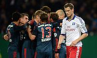 FUSSBALL   DFB POKAL   SAISON 2013/2014   VIERTELFINALE Hamburger SV - FC Bayern Muenchen              12.02.2014 Freud und Leid: Die Bayern bejubeln ihren Treffer zum 0:1. Marcell Jansen (re, Hamburg) wendet sich enttaeuscht ab.