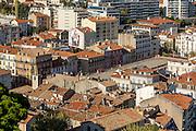 Vue sur les toits des immeubles du centre ville de Cannes depuis le quartier du Suquet // View of center town buildings roofs from Le Suquet