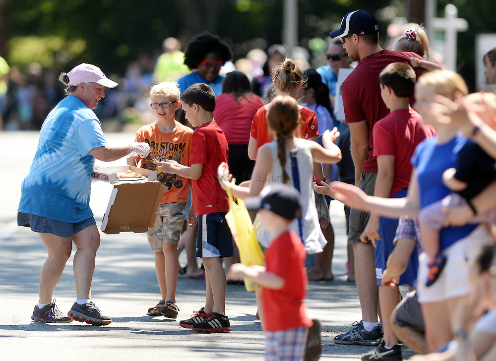 7/4/16 :: REGION :: SMITH :: Paradegoers scramble to get a piece of pizza being handed out by the contingent from The Bridge Deli and Pizzeria during the Groton Independence Day Parade Monday, July 4, 2016. (Sean D. Elliot/The Day)