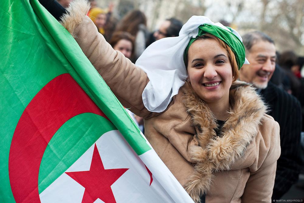 Manifestation de soutien aux Tunisiens et pour une Tunisie Libre et Démocratique à Paris place de la République samedi 15 janvier 2011, une journée après que le président Ben Ali aie quitté le pouvoir, les manifestants réclament une véritable transition démocratique dans le pays.