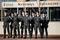 Monsieur Bernard Cazeneuve, ministre de l'interieur, s'est rendu a Lyon, a l'Ecole Nationale Superieure de la Police afin de presenter ses voeux.A cet occasion il a visite les differents ateliers sur les capacites en cas d'intervention de la BAC, de la BRI, du RAID et de la PJ, sans oublier le CONSTOX, unite specialisee de constatation toxique de la police judiciaire.Il etait accompagné du directeur general de la police nationale ainsi que de Michel Delpuech, Prefet de la region.