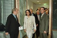 """16 MAY 2000, BERLIN/GERMANY:<br /> Manfred Bissinger (L), Herausgeber Die Woche, begruesst Gaeste zum 10. Forum Pariser Platz mit dem Thema """"Nach der NRW-Wahl: endlich wieder Politik"""": Kerstin Mueller (M), B90/Grüne Fraktionsvorsitzende, und Franz Muentefering (R), SPD Generalsekretaer, Dresdner Bank am PariserPlatz<br /> IMAGE: 20000516-04/04-02<br /> KEYWORDS: Franz Müntefering, Kerstin Müller"""