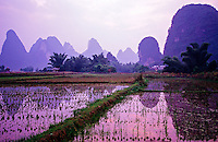 Li Jiang (Li River) near Moon Hill outside Yangshou, Guangxi Province, Southern China