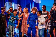 ROTTERDAM - kinderen in groep 8 van de basisschool tijdens de eidn musical net voor de zomervakantie als ze naar het middelbare onderwijs gaan theater opvoeren , opvoering , ROBIN UTRECHT