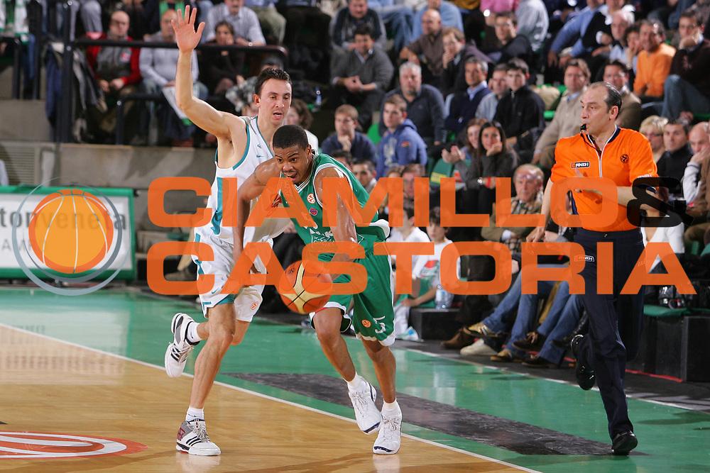 DESCRIZIONE : Treviso Eurolega 2006-07 Benetton Treviso Pau Orthez <br /> GIOCATORE : Smith <br /> SQUADRA : Benetton Treviso <br /> EVENTO : Eurolega 2006-2007 <br /> GARA : Benetton Treviso Pau Orthez <br /> DATA : 24/01/2007 <br /> CATEGORIA : Palleggio <br /> SPORT : Pallacanestro <br /> AUTORE : Agenzia Ciamillo-Castoria/S.Silvestri <br /> Galleria : Eurolega 2006-2007 <br /> Fotonotizia : Treviso Eurolega 2006-2007 Benetton Treviso Pau Orthez <br /> Predefinita :