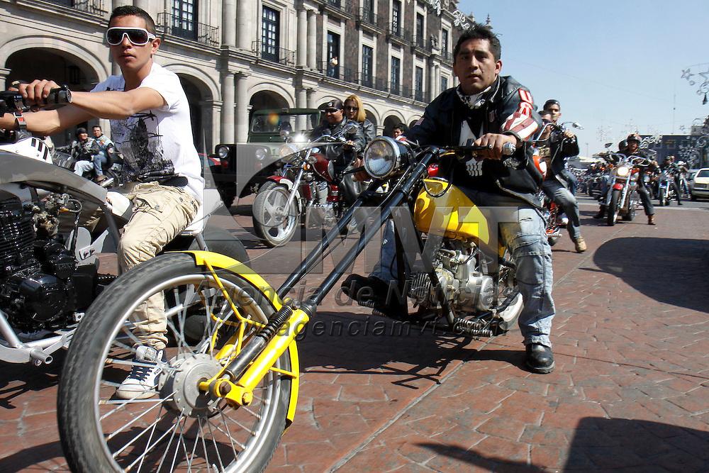 """TOLUCA, México.- Alrededor de 400 motociclistas de diversos puntos del Estado de  México realizaron un recorrido  por la capital mexiquense como parte de la  celebración del """"Día del Motociclista"""", circularon por las avenidas principales de Toluca, algunos se estacionaron en la Plaza de los Mártires para que los paseantes pudieran observar las maquinas que traian. Agencia MVT / Crisanta Espinosa. (DIGITAL)"""