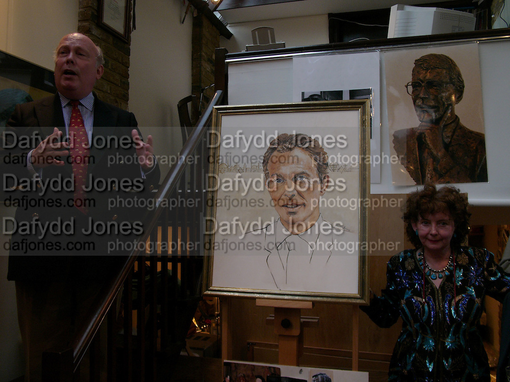Julian Fellowes and Shenda Amery, Shenda Amery studio party, Edith Grove, 20 July 2004. SUPPLIED FOR ONE-TIME USE ONLY-DO NOT ARCHIVE. © Copyright Photograph by Dafydd Jones 66 Stockwell Park Rd. London SW9 0DA Tel 020 7733 0108 www.dafjones.com