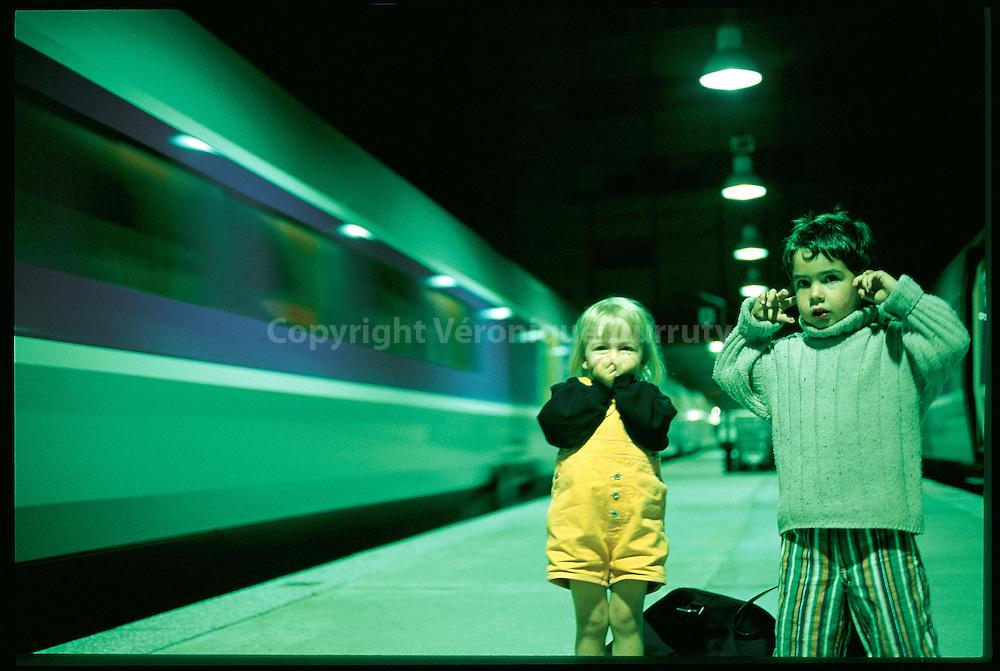 Arrivee d'un TGV la nuit dans la gare Montparnasse, Paris 15