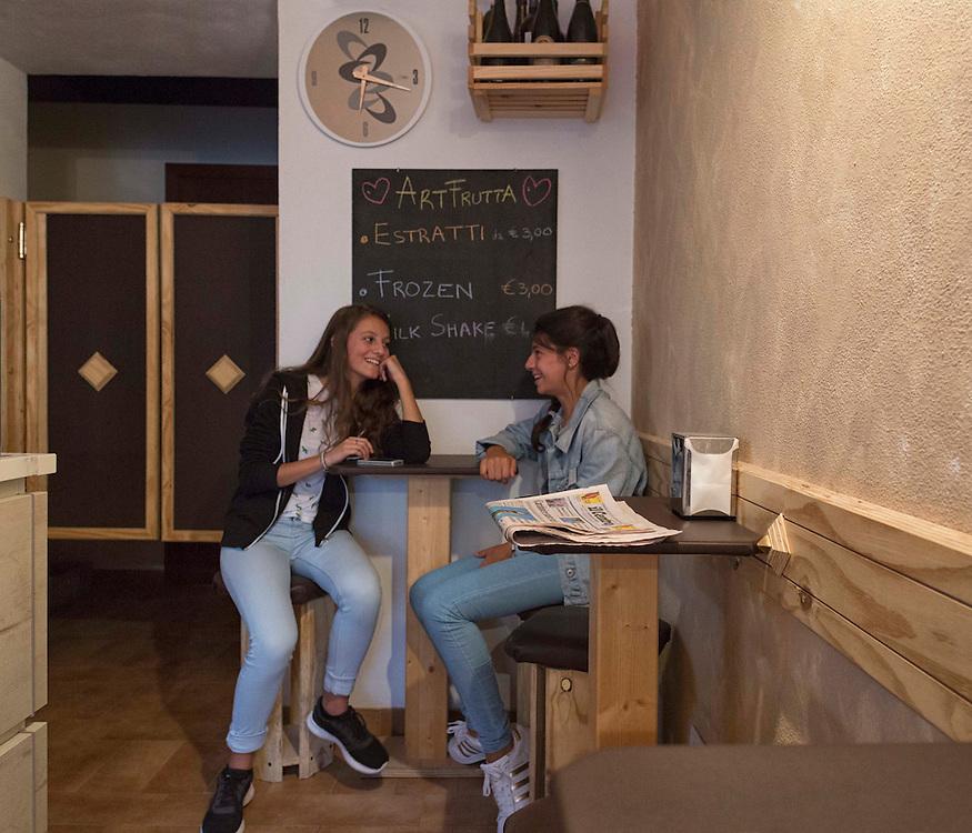 due ragazze in un bar dell'aquila,<br /> <br /> two girls in a bar Eagle