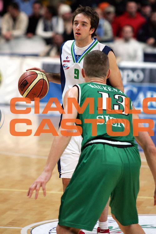 DESCRIZIONE : Roseto Lega A1 2005-06 Roseto Basket Montepaschi Siena<br /> GIOCATORE : Cavaliero<br /> SQUADRA : Roseto Basket<br /> EVENTO : Campionato Lega A1 2005-2006<br /> GARA : Roseto Basket Montepaschi Mens Sana Siena<br /> DATA : 15/01/2006 <br /> CATEGORIA : Palleggio<br /> SPORT : Pallacanestro <br /> AUTORE : Agenzia Ciamillo-Castoria/G.Ciamillo