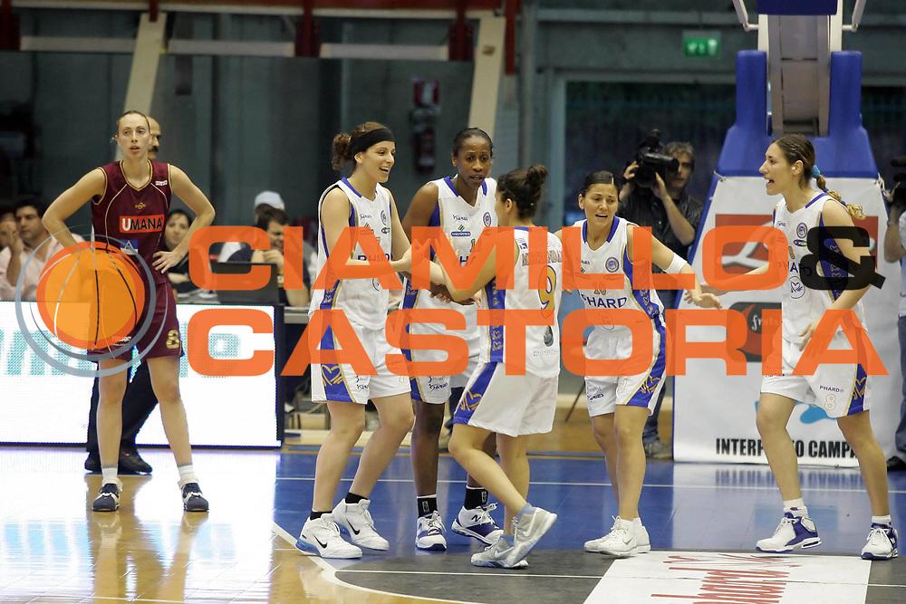 DESCRIZIONE : Napoli Play Off Lega A1 Femminile 2006-07 Gara 3 semifinale Phard Napoli Umana Reyer Venezia <br /> GIOCATORE : Team Phard Napoli<br /> SQUADRA : Phard Napoli<br /> EVENTO : Campionato Lega A1 Femminile 2006-2007 <br /> GARA : Phard Napoli Umana Reyer Venezia<br /> DATA : 06/05/2007 <br /> CATEGORIA : Esultanza<br /> SPORT : Pallacanestro <br /> AUTORE : Agenzia Ciamillo-Castoria/A.De Lise