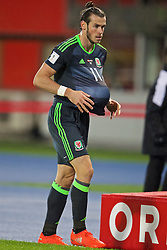 VIENNA, AUSTRIA - Thursday, October 6, 2016: Wales' Gareth Bale dries the ball with his shirt as he prepares to take a throw-in during the 2018 FIFA World Cup Qualifying Group D match against Austria at the Ernst-Happel-Stadion. (Pic by David Rawcliffe/Propaganda)