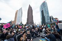 20 SEP 2019, BERLIN/GERMANY:<br /> Demonstranten blockieren waehrend einer Aktion von extinction rebellion die Kreuzung am Potsdamer Platz, nach der Fridays for Future Demonstration fuer Massnahmen zur  Begrenzung des Klimawandels<br /> IMAGE: 20190920-01-130<br /> KEYWORDS: Demo, Demonstrant, Protest, Protester, Demonstration, Klima, climate, change