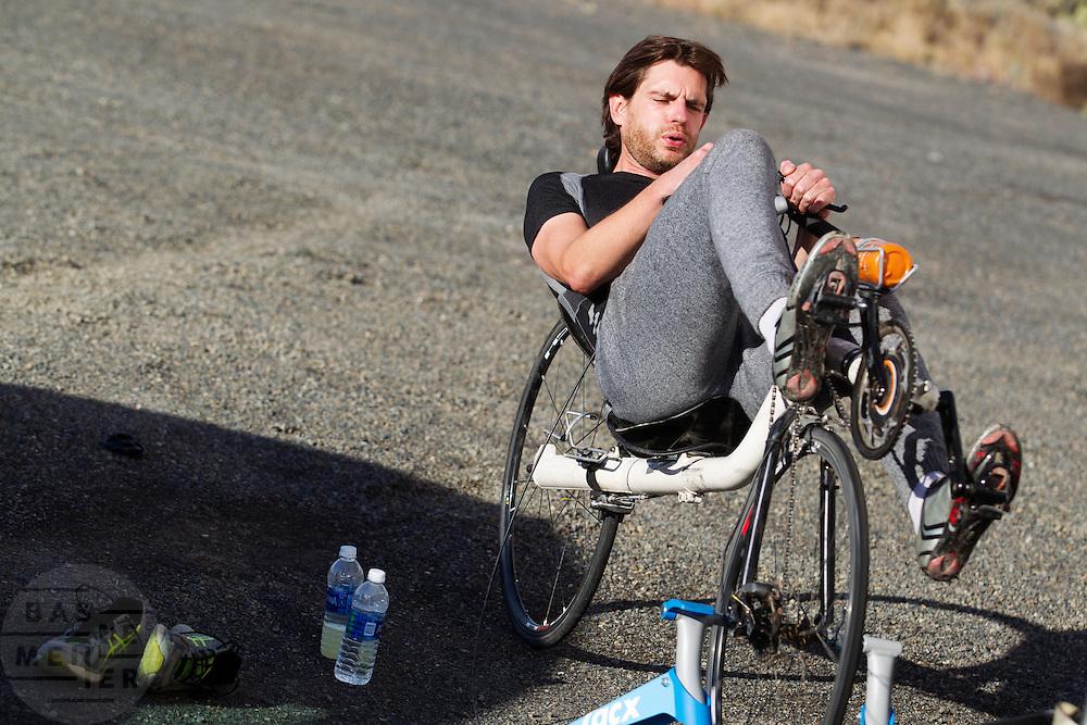 Jan Bos rijdt zich warm voor de avondrun op de derde dag van de races. In Battle Mountain (Nevada) wordt ieder jaar de World Human Powered Speed Challenge gehouden. Tijdens deze wedstrijd wordt geprobeerd zo hard mogelijk te fietsen op pure menskracht. Het huidige record staat sinds 2015 op naam van de Canadees Todd Reichert die 139,45 km/h reed. De deelnemers bestaan zowel uit teams van universiteiten als uit hobbyisten. Met de gestroomlijnde fietsen willen ze laten zien wat mogelijk is met menskracht. De speciale ligfietsen kunnen gezien worden als de Formule 1 van het fietsen. De kennis die wordt opgedaan wordt ook gebruikt om duurzaam vervoer verder te ontwikkelen.<br /> <br /> In Battle Mountain (Nevada) each year the World Human Powered Speed Challenge is held. During this race they try to ride on pure manpower as hard as possible. Since 2015 the Canadian Todd Reichert is record holder with a speed of 136,45 km/h. The participants consist of both teams from universities and from hobbyists. With the sleek bikes they want to show what is possible with human power. The special recumbent bicycles can be seen as the Formula 1 of the bicycle. The knowledge gained is also used to develop sustainable transport.