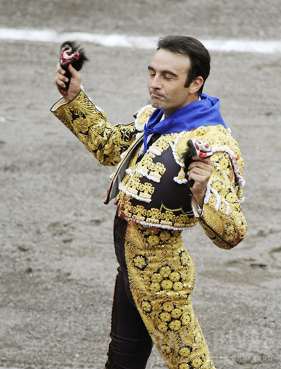 Spanish matador Enrique Ponce holds his second Ventorrillo fighting bull's ears, during the third corrida of the Aste Nagusia festivities, on August 19, 2008, at the Vista Alegre bullring in Bilbao, northern Spain. PHOTO RAFA RIVAS
