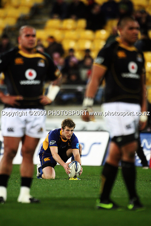 Otago's Chris Noakes lines up a penalty kick.<br /> Air NZ Cup Ranfurly Shield match - Wellington Lions v Otago at Westpac Stadium, Wellington, New Zealand. Friday, 31 July 2009. Photo: Dave Lintott/PHOTOSPORT