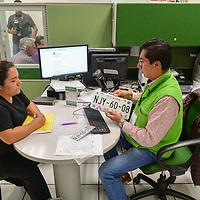 Toluca, México.- Propietarios de vehiculos reciben las nuevas placas de circulación al haber concluido el trámite de reemplacamiento al que deben de someterse poco mas de 7 millones de autos que circulan diriamente en el Estado de México. Agencia MVT / Mario Vázquez de la Torre.