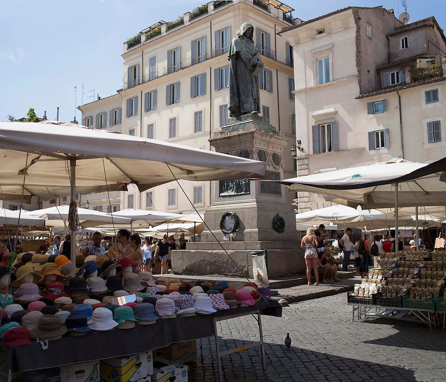 mercato campo de fiori, statua bruno giordano che ricorda il rogo avvenuto in piazza<br /> mercato campo de fiori, Giordano Bruno statue that remembers the burning took place in the square