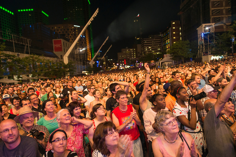 Consacré par le Guinness World Records comme le festival de jazz le plus important de la planète, le Festival International de Jazz de Montréal est, depuis plus de 30 ans, synonyme de passion musicale. La métropole francophone d'Amérique devient ainsi chaque année, pendant une dizaine de jours, le lieu de rendez-vous des amateurs de toutes les musiques liées au jazz. Ranked as the world's largest jazz festival by Guinness World Records, the Festival International de Jazz de Montréal has been synonymous with a passion for music for over three decades. Every year, North America's French-speaking metropolis welcomes global music fans to 10 days of jazzcentric celebration, where fans of all types of jazz-related music rub shoulders with aficionados of the genre in its purest form.